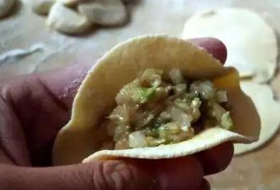 煮饺子时,水开下锅是大错特错的!多加这1步,才香嫩好吃不破皮