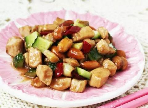 小炒鸡胸肉这样做,肉质鲜嫩,香辣入味,营养丰富,全家都爱吃